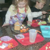 Fun things to do with kids in CT, A graham cracker gingerbread house instruction